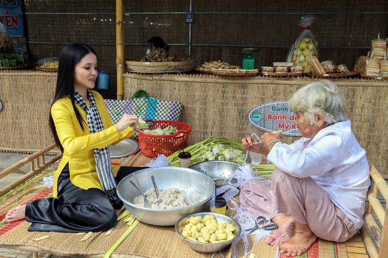 Hoa khôi Người đẹp Du lịch Cần Thơ 2019, Đại sứ Du lịch Cần Thơ Huỳnh Thúy Vi trải nghiệm gói bánh dân gian.