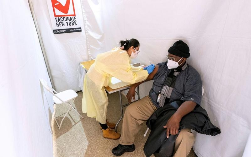Một điểm tiêm vaccine ngừa Covid-19 tại TP New York, Mỹ. (Ảnh: Reuters)