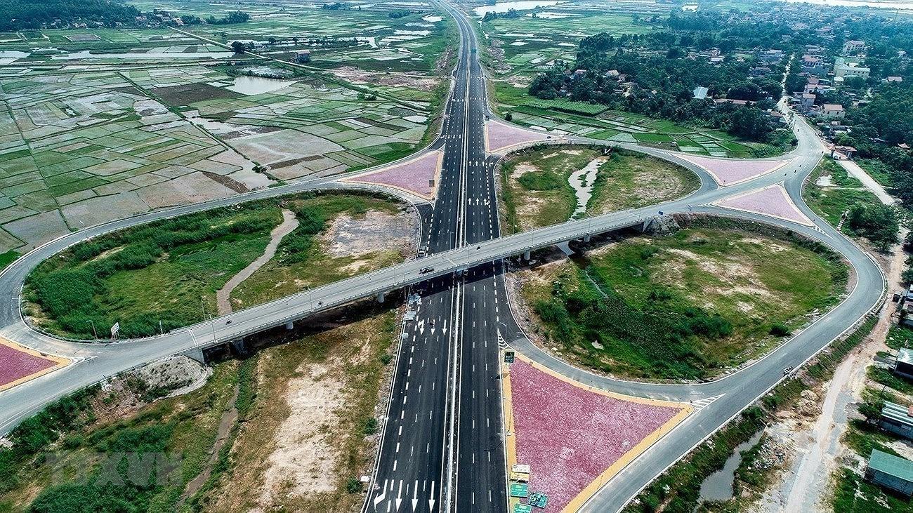 Sau gần 35 năm đổi mới, Việt Nam đã đạt được những thành tựu quan trọng với cơ sở vật chất-kỹ thuật, hạ tầng kinh tế-xã hội từng bước đáp ứng sự nghiệp công nghiệp hóa, hiện đại hóa, tạo ra môi trường thu hút nguồn lực xã hội cho phát triển. Trong ảnh: Tuyến đường cao tốc Hạ Long-Hải Phòng dài 24,6km được hoàn thành và đưa vào sử dụng đã rút ngắn quãng đường từ Hạ Long đi Hà Nội từ 180km xuống còn 130km; từ Hạ Long đi Hải Phòng chỉ còn 25km thay vì 75km như trước đây. (Ảnh: Trung Nguyên/TTXVN)