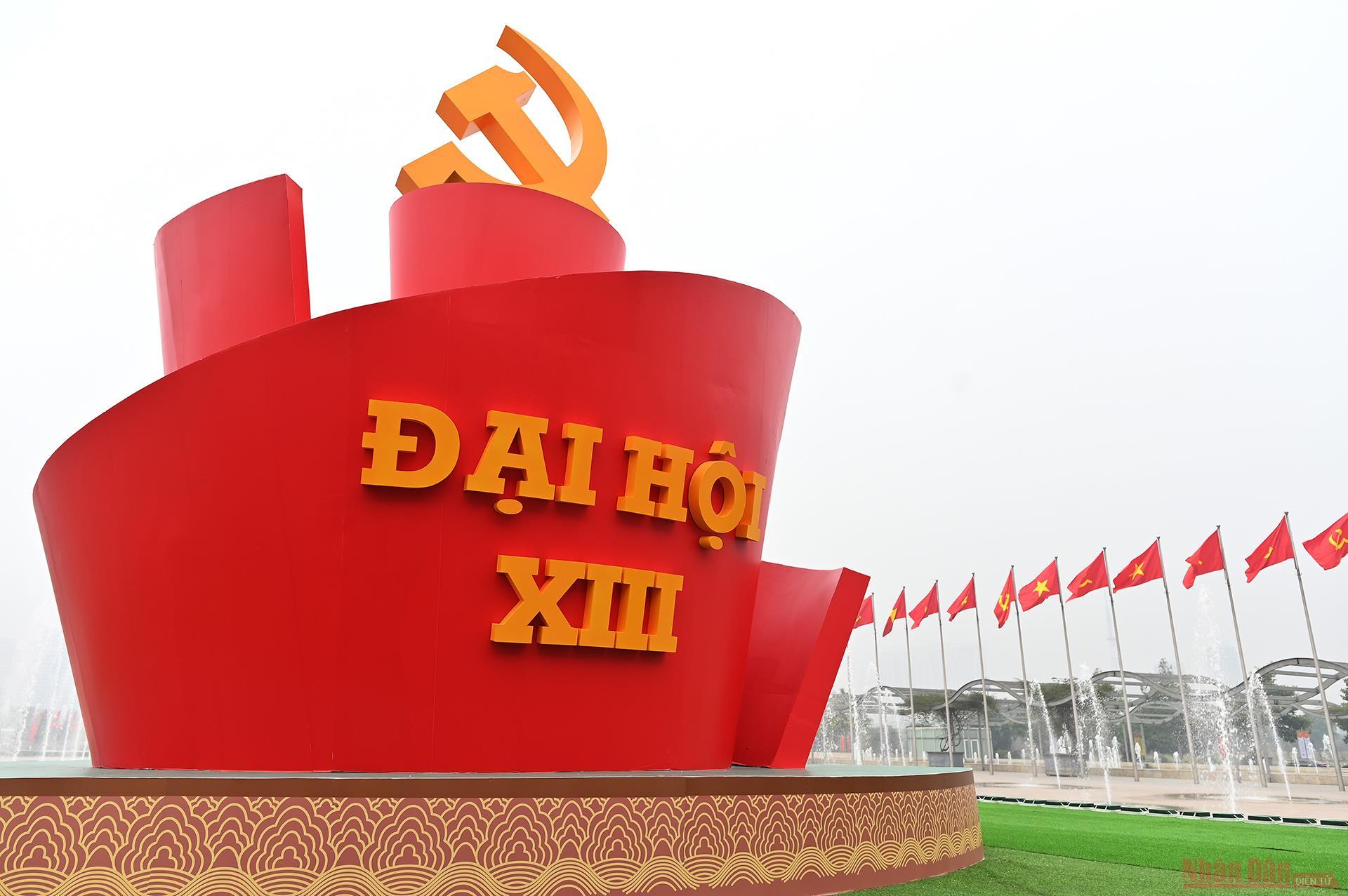 Trung tâm Hội nghị quốc gia - nơi tổ chức Đại hội Đảng toàn quốc lần thứ XIII rực rỡ cờ hoa chào mừng Đại hội.