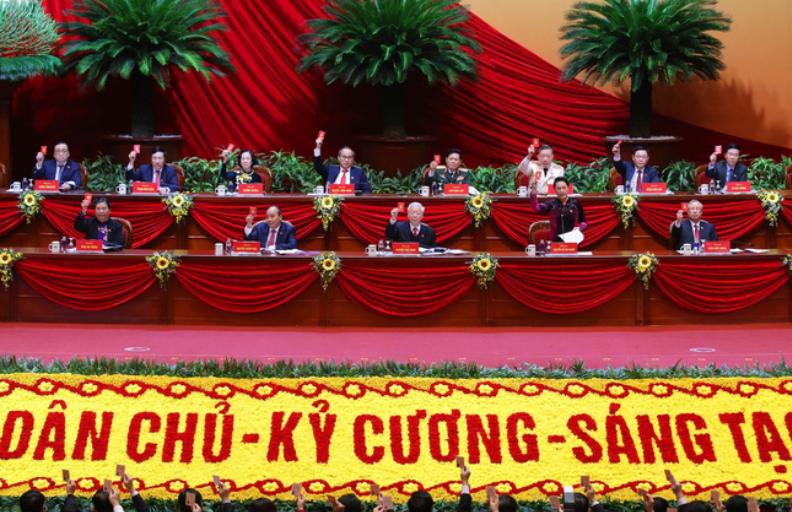 Tổng Bí thư, Chủ tịch nước Nguyễn Phú Trọng cùng các thành viên Đoàn Chủ tịch biểu quyết thông qua Chương trình làm việc của Đại hội. (Ảnh: VTV.vn)