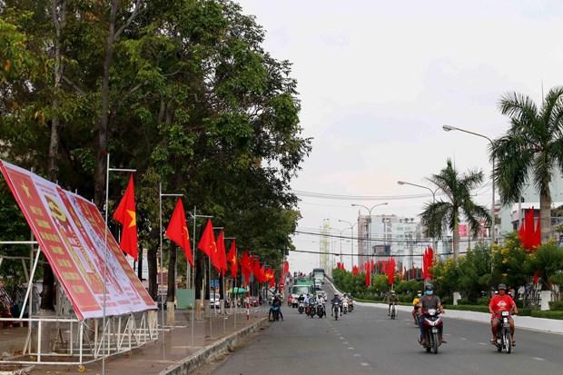 Cờ hoa, biểu ngữ tuyên truyền về Đại hội Đảng XIII ở Cà Mau. (Ảnh:Kim Há/TTXVN)