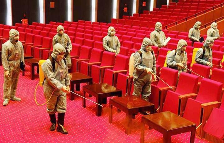 Nhân viên y tế vệ sinh khử khuẩn phòng dịch khu vực hội trường Trung tâm Hội nghị quốc gia - nơi diễn ra Đại hội đại biểu toàn quốc lần thứ XIII của Đảng