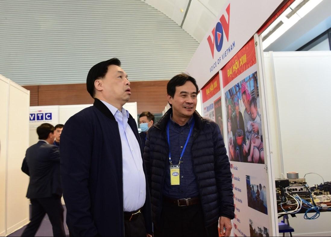 Ông Lê Mạnh Hùng, Phó Trưởng Ban Tuyên giáo Trung ương, Giám đốc Trung tâm báo chí Đại hội XIII kiểm tra khu làm việc của VOV tại Trung tâm Hội nghị Quốc gia (Ảnh: Trọng Phú)