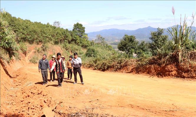 Bà con dân làng Đê Kôn, xã Hra, huyện Mang Yang rất phấn khởi khi có con đường mới