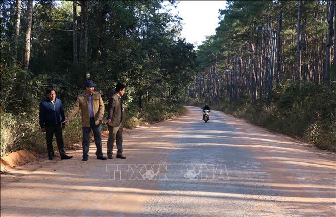 Bí thư huyện ủy Mang Yang (Gia Lai), ông Trần Đình Hiệp (áo vàng) đi thị sát sau khi con đường hàng chục km từ quốc lộ 19 dẫn về xã A Yun do ông vận động mạnh thường quân hỗ trợ san gạt, lu lèn để người dân yên tâm lưu thông.