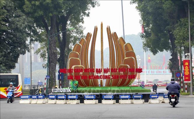 Khối biểu tượng chào mừng Đại hội XIII của Đảng đặt trên đường Điện Biên Phủ khu vực gần Lăng Bác. Ảnh: Tuấn Đức/TTXVN