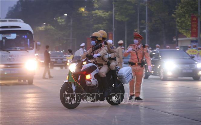 Lực lượng Cảnh sát Giao thông dẫn đoàn và đảm bảo an ninh trên tuyến đường đoàn đại biểu di chuyển từ Lăng Chủ tịch Hồ Chí Minh đến Trung tâm Hội nghị Quốc gia. Ảnh: Dương Giang/TTXVN