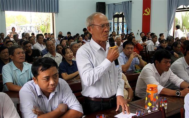 Cử tri thành phố Hội An phát biểu ý kiến tại buổi tiếp xúc cử tri. (Ảnh: Trịnh Bang Nhiệm/TTXVN)