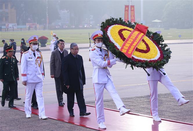 Đồng chí Trần Quốc Vượng, Uỷ viên Bộ Chính trị, Thường trực Ban Bí thư cùng đoàn công tác đến đặt vòng hoa và vào Lăng viếng Chủ tịch Hồ Chí Minh.