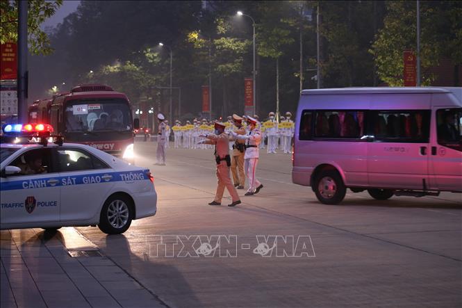 Lực lượng Cảnh sát Giao thông hướng dẫn các đoàn vào Lăng viếng Chủ tịch Hồ Chí Minh.