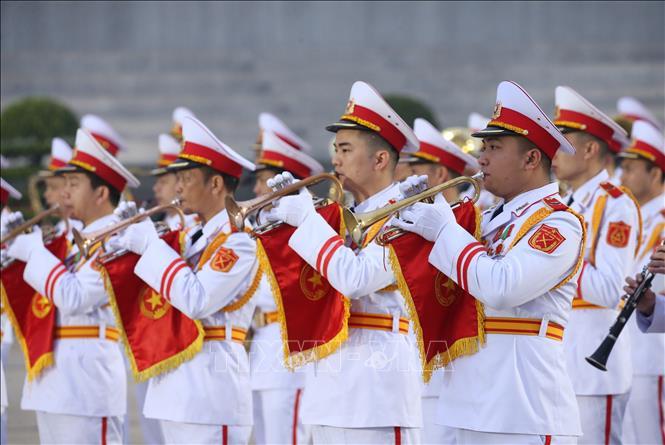 Lực lượng Quân nhạc diễn tập cử hành nghi lễ đặt vòng hoa và vào Lăng viếng Chủ tịch Hồ Chí Minh.