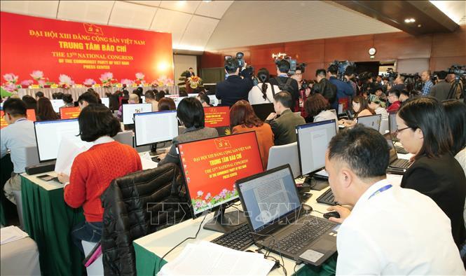 Các phóng viên tác nghiệp tại Trung tâm Báo chí. Ảnh: Doãn Tấn/TTXVN