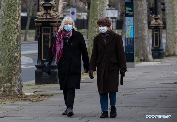 Người dân đeo khẩu trang tại thủ đô London (Anh), ngày 5/1. (Ảnh: Xinhua)