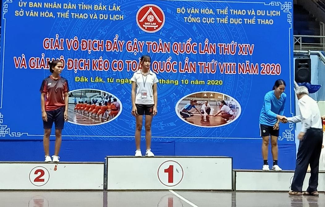 Sùng Thị Chi (đứng giữa) giành Huy chương Vàng tại Giải vô địch đẩy gậy toàn quốc lần thứ XIV tại tỉnh Đăk Lăk