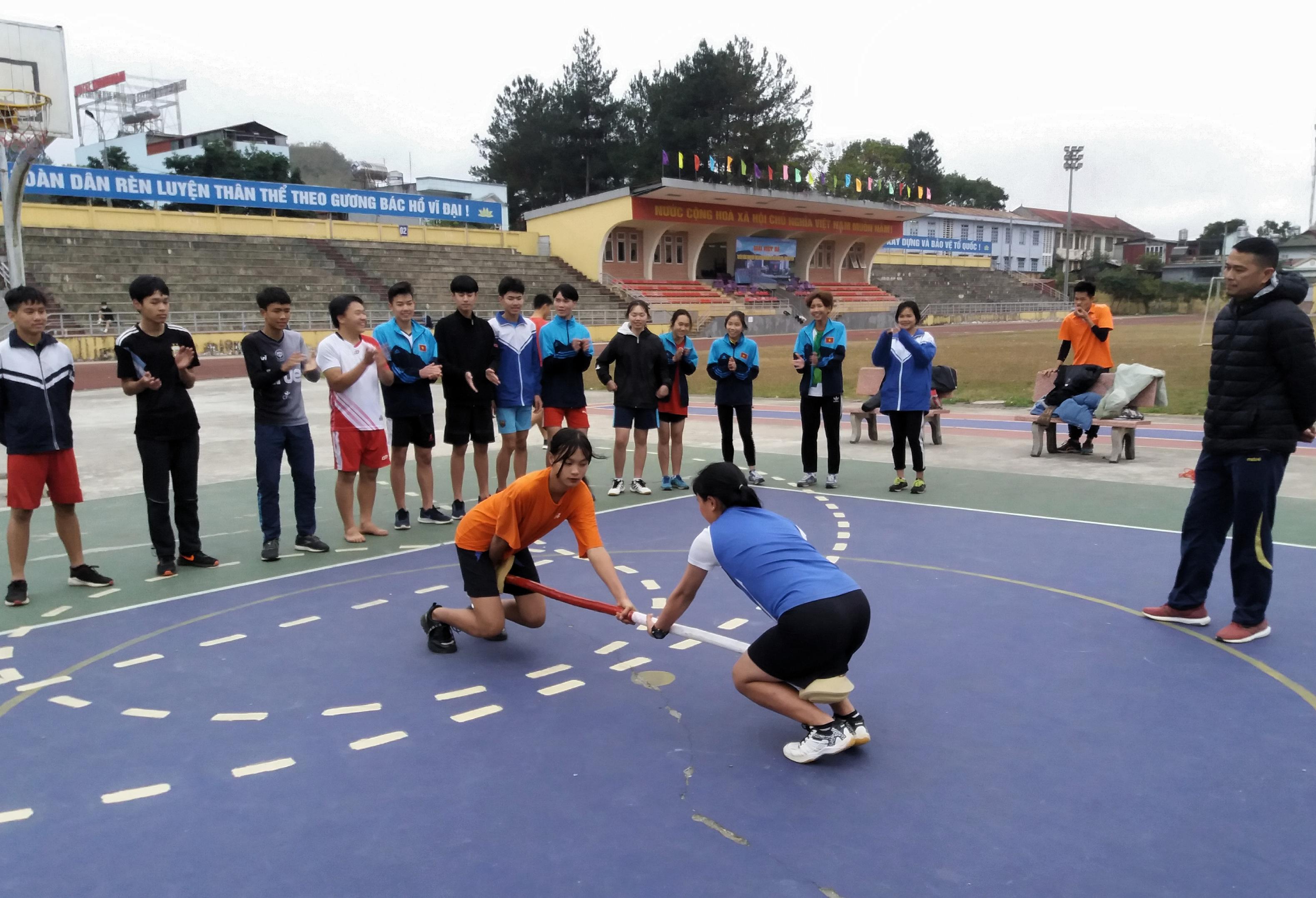 Sùng Thị Chi (bên trái) rèn chiến thuật cùng các vận động viên năng khiếu