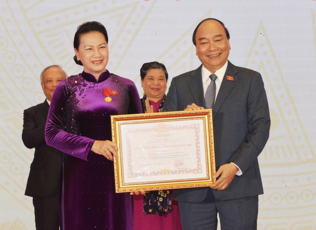 Thủ tướng Chính phủ Nguyễn Xuân Phúc, Chủ tịch Hội đồng Thi đua khen thưởng Trung ương trao tặng huân chương Đại đoàn kết Dân tộc cho Chủ tịch Quốc hội Nguyễn Thị Kim Ngân.