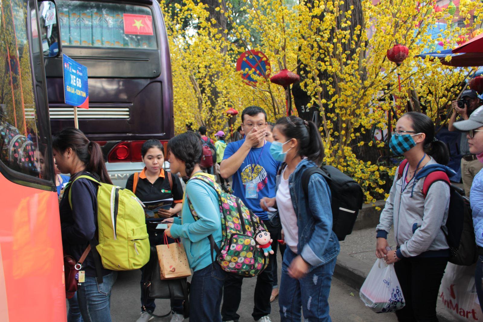 Tặng hơn 3.000 vé xe về quê đón Tết cho sinh viên có hoàn cảnh khó khăn.