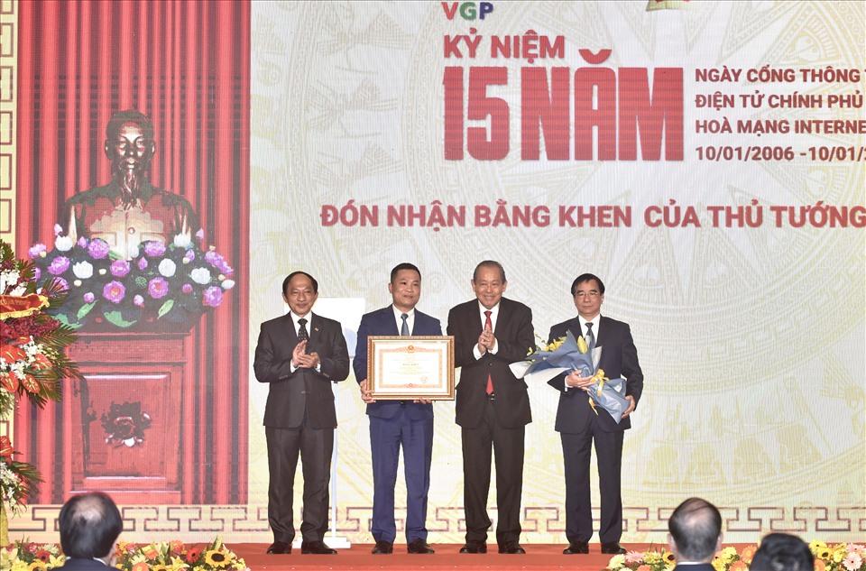 Phó Thủ tướng Thường trực Trương Hòa Bình trao tặng Bằng khen của Thủ tướng Chính phủ cho Cổng TTĐT Chính phủ. Ảnh: Nhật Bắc