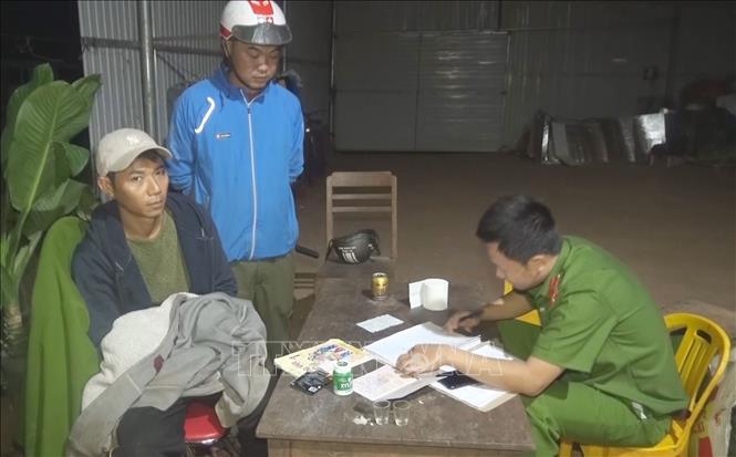 Lực lượng chức năng làm việc với đối tượng Nguyễn Văn Bảo. Ảnh: TTXVN phát