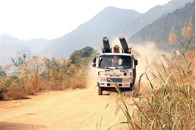 Tỉnh lộ 109 đoạn qua xã Nặm Păm (Mường La, Sơn La) bụi mù mịt mỗi khi có phương tiện giao thông chạy qua.