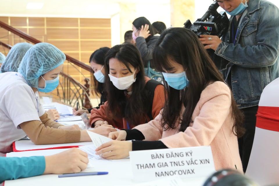 Tiêm thử nghiệm vaccine Nano Covax phòng COVID-19 tại Học viện Quân y. Ảnh: Lê Phú