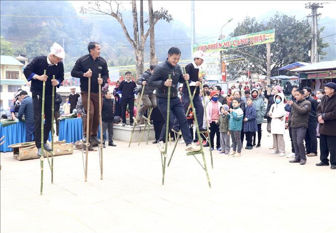 Song song với hoạt động giã bánh dày, tại huyện Mù Cang Chải cũng đã diễn ra các trò chơi dân gian như ném còn, đẩy gậy, bắn nỏ, đi cà kheo, nhảy bao bố.