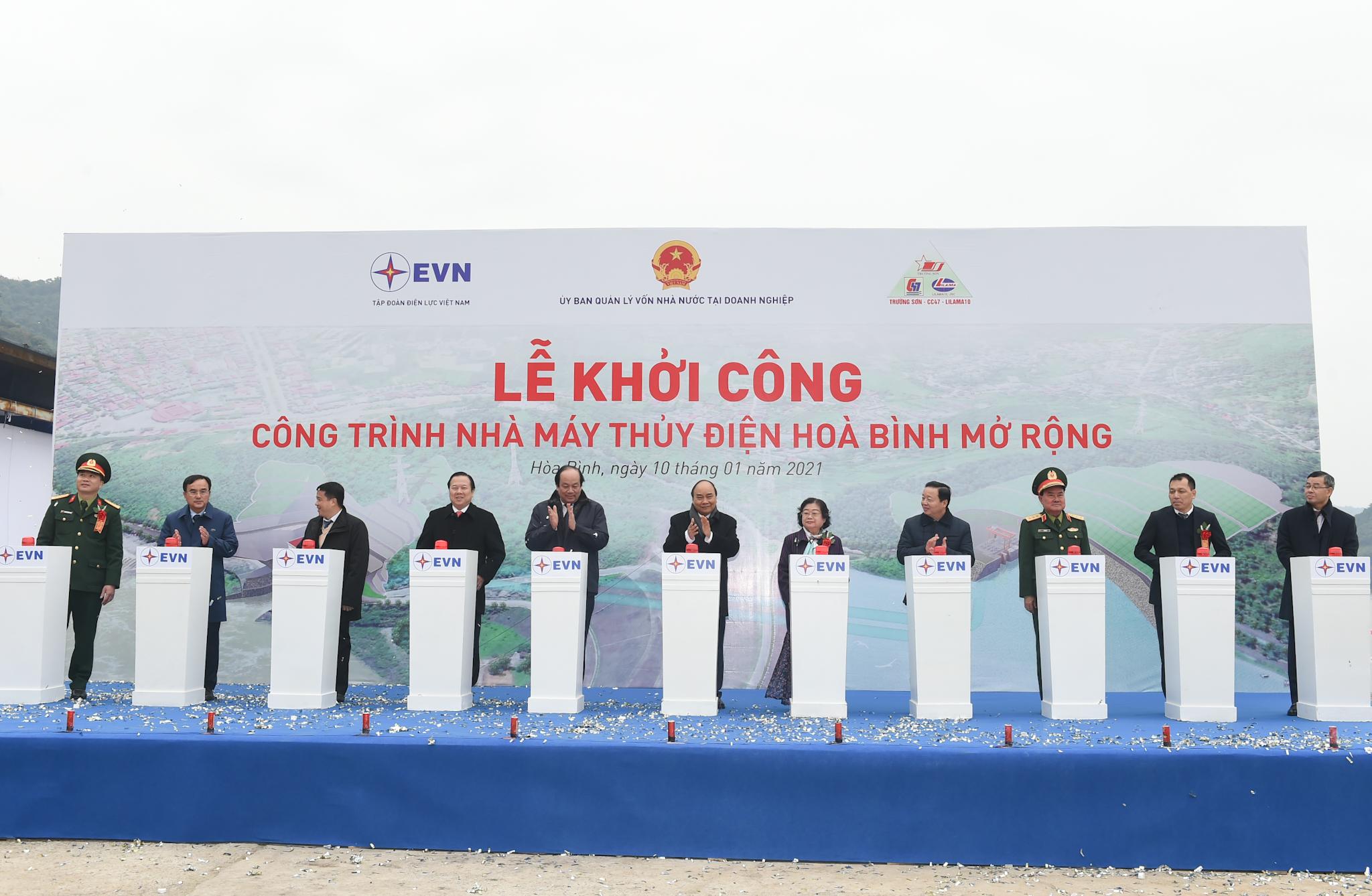 Thủ tướng Nguyễn Xuân Phúc cùng các đại biểu nhấn nút khởi công công trình Nhà máy thủy điện Hòa Bình mở rộng.