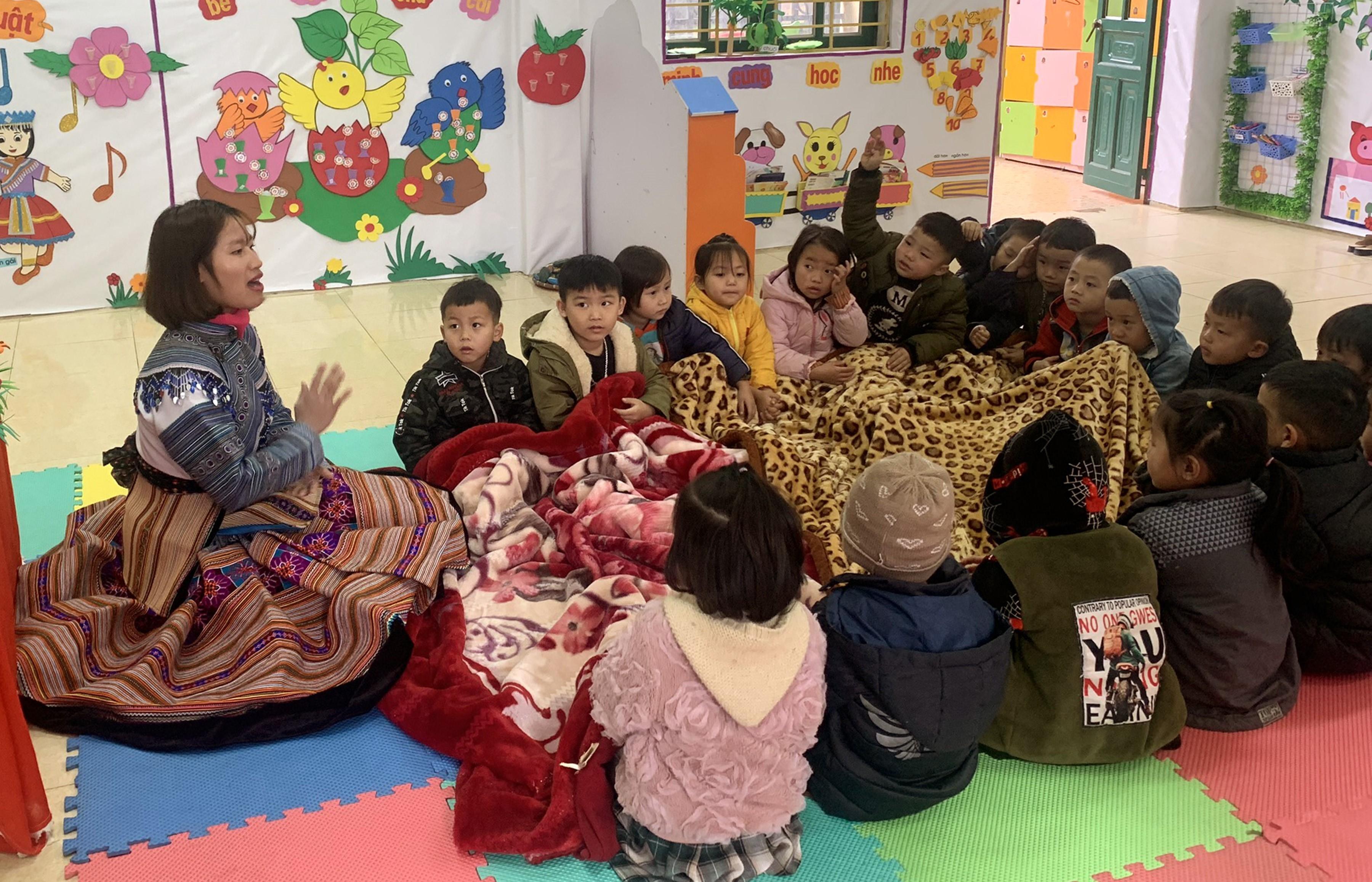 Trẻ em Trường Mầm non Simacai, huyện Simacai (Lào Cai) phải sử dụng thêm chăn trong giờ học để đảm bảo sức khỏe. Ảnh: Quốc Khánh/TTXVN