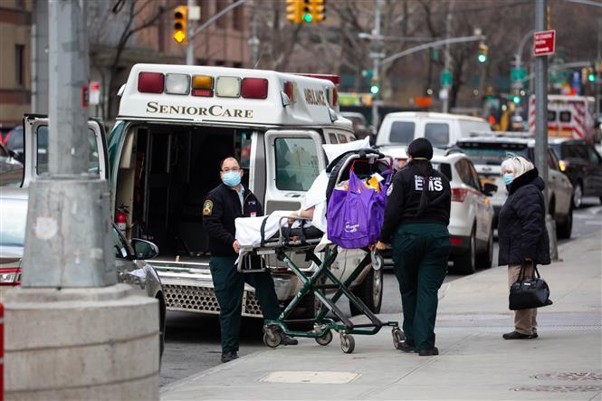 Nhân viên y tế chuyển bệnh nhân Covid-19 tới trung tâm y tế ở New York, Mỹ, ngày 8/1/2021. Ảnh: THX/ TTXVN