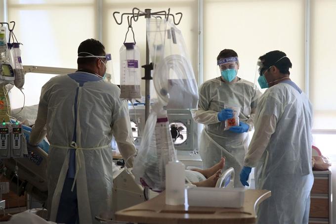 Hiện Mỹ vẫn tiếp tục là quốc gia chịu ảnh hưởng nặng nề nhất vì đại dịch COVID-19 trên toàn thế giới. (Ảnh: Los Angeles Times/Getty Images)
