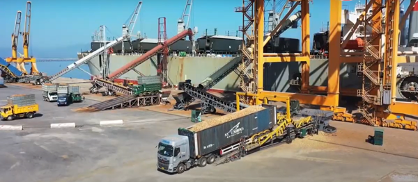 Bốc dỡ hàng hóa tại cảng Cái Lân ngày đầu năm 2021. Ảnh: Quảng Ninh TV