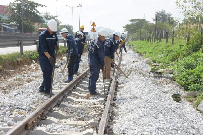 """Các đơn vị thi công dự án cải tạo nâng cấp tuyến đường sắt Hà Nội - TPHCM là việc """"xuyên Tết"""". Ảnh: Báo Giao thông"""