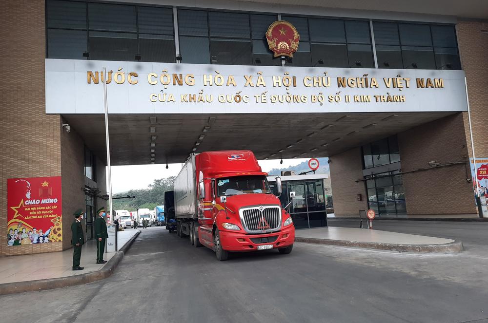 Xe chở hàng xuất khẩu sang Trung Quốc trong ngày đầu năm 2021 tại cửa khẩu quốc tế đường bộ số II Kim Thành, Lào Cai. Ảnh: Báo Lào Cai.