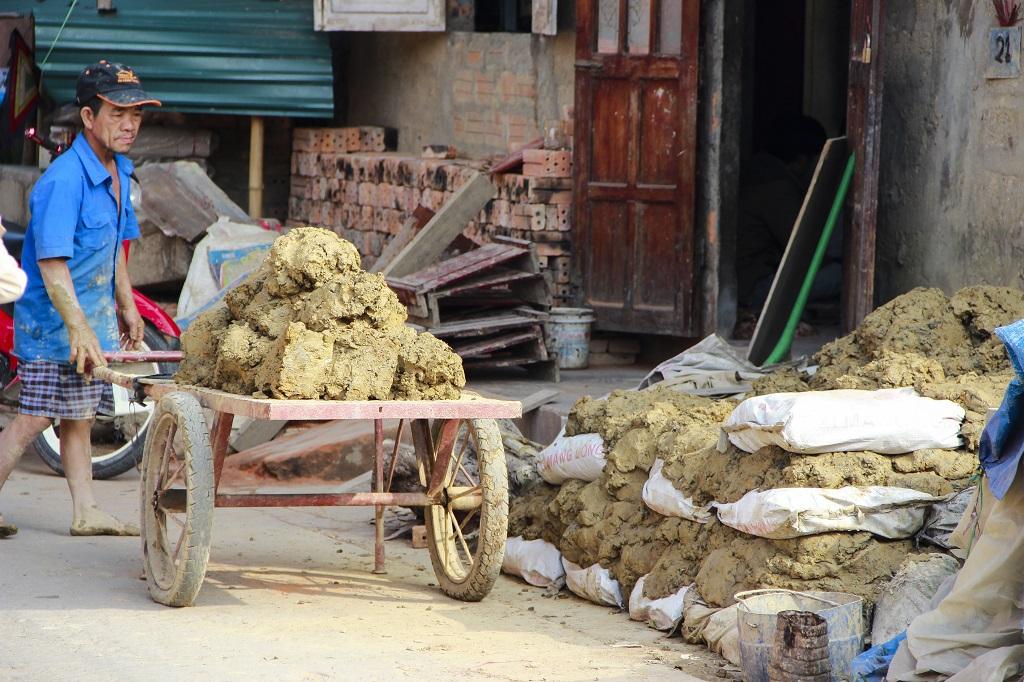 Đất sét được người dân chuẩn bị trước cả năm để đưa vào sản xuất cho mùa sau