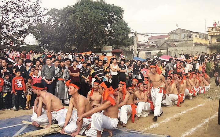 Trình diễn nghi lễ và trò kéo co ở hội làng thôn Hữu Chấp, phường Hòa Long, TP Bắc Ninh.