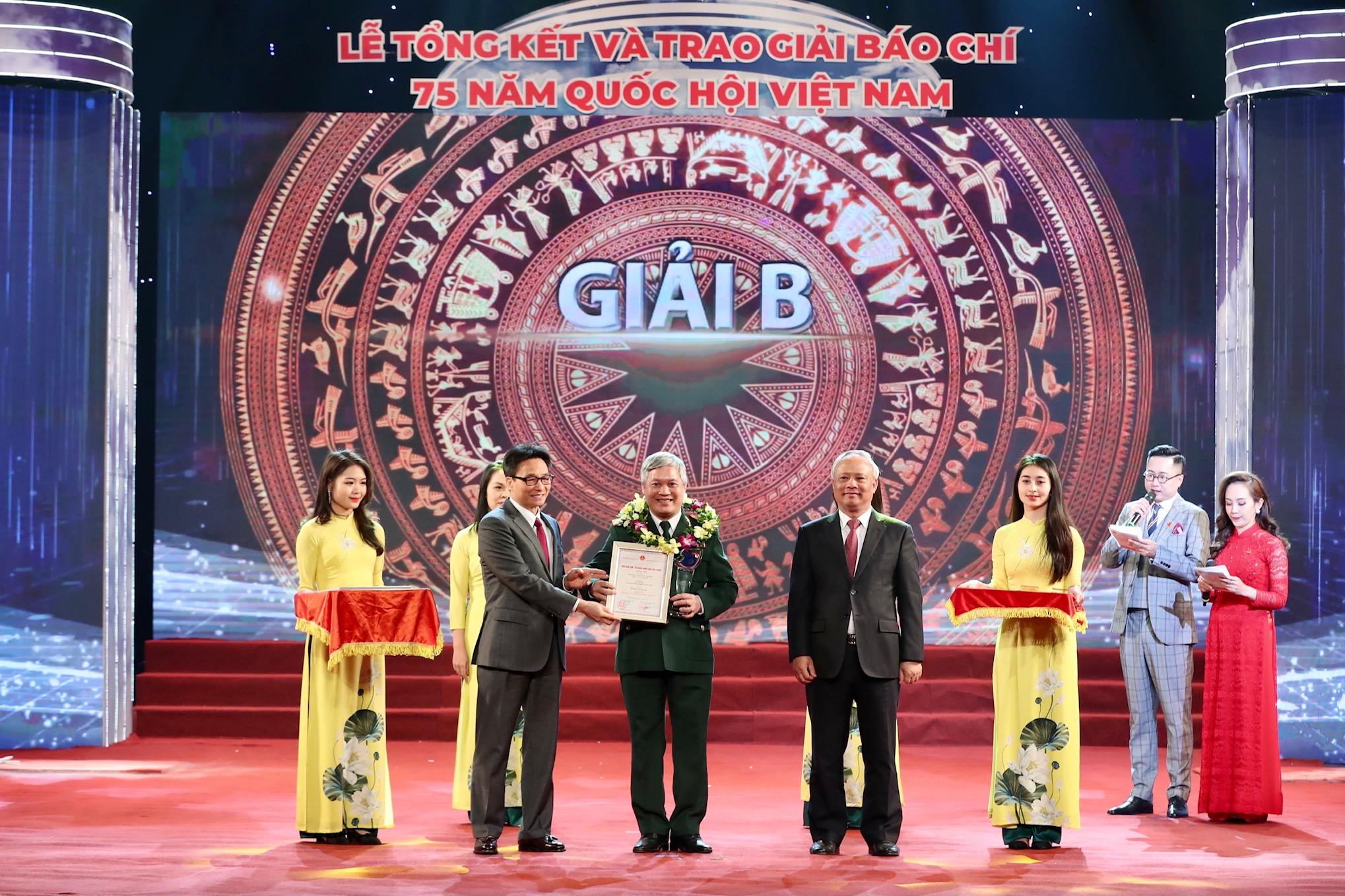 Phó Thủ tướng Vũ Đức Đam trao giải B cho các tác phẩm đoạt giải. Ảnh VGP/Nhật Bắc
