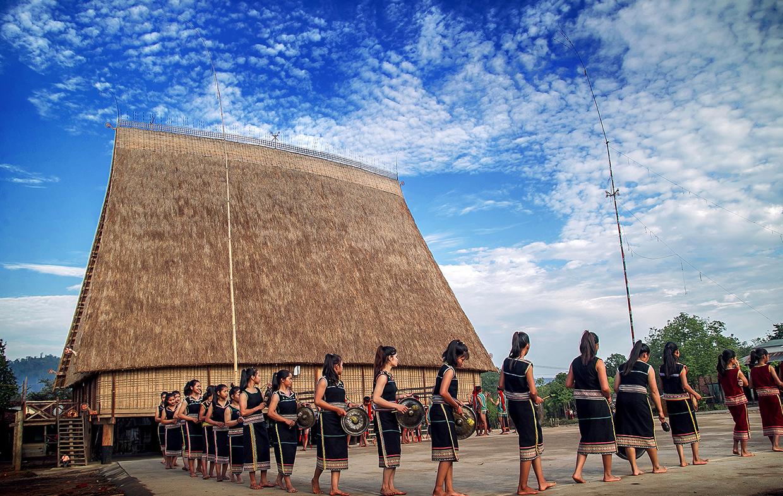 Người dân làng Kon Sơ Lah (xã Hà Tây, huyện Chư Păh) biểu diễn cồng chiêng. Ảnh: Nguyễn Linh Vinh Quốc