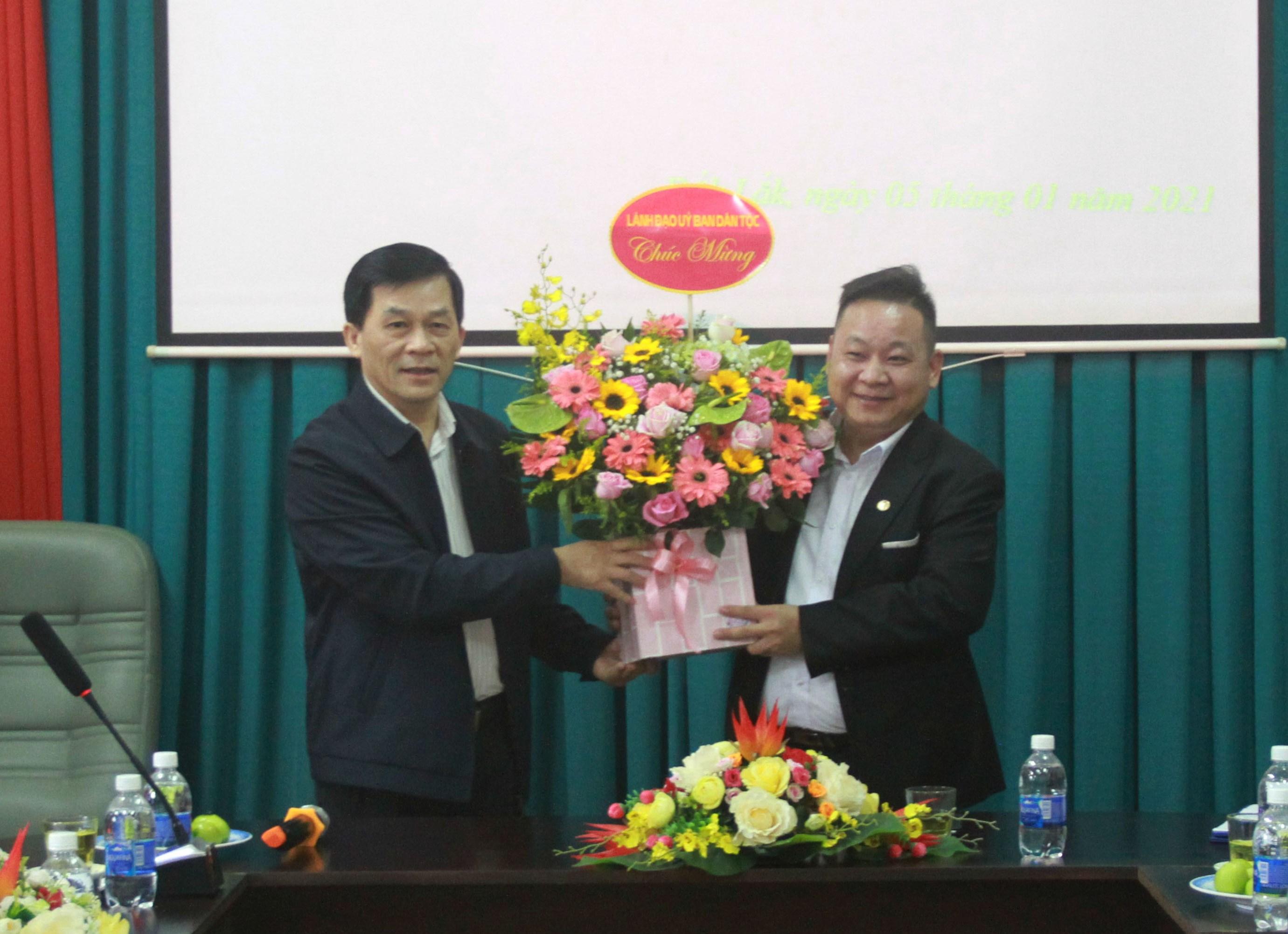 Thứ trưởng, Phó Chủ nhiệm Nông Quốc Tuấn tặng hoa chúc mừng đồng chí Tráng A Dương nhận quyết định Quyền Vụ trưởng Vụ Địa phương II
