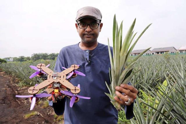 Giáo sư Mohamed Thariq của Đại học Putra Malaysia cầm lá dứa và một chiếc máy bay không người lái được làm một phần bằng lá dứa. Ảnh: pressfrom.info