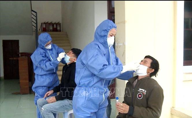 Lực lượng CDC Quảng Bình lấy mẫu bệnh phẩm xét nghiệm với các trường hợp nhập cảnh trái phép. Ảnh: Võ Dung/TTXVN