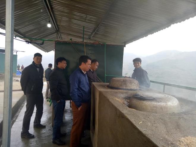 Nhiều người học hỏi mô hình ủ nước ấm cho học sinh của thầy Quế.