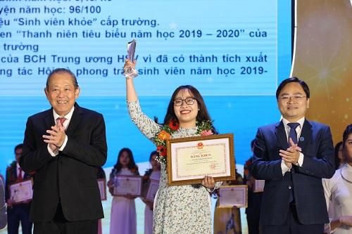 """Phó Thủ tướng Thường trực Chính phủ trao giải """"Sinh viên 5 tốt"""" cho các em sinh viên - Ảnh: VGP/Lê Sơn"""