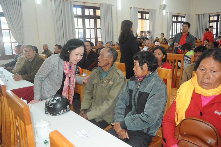 Đồng chí Trương Thị Mai ân cần hỏi thăm sức khỏe đời sống người dân Lạc Dương