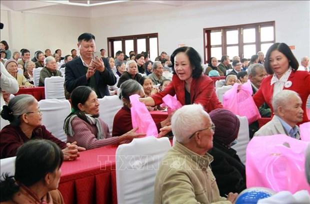 Đồng chí Trương Thị Mai, Trưởng Ban Dân vận Trung ương tặng quà Tết các gia đình chính sách, người có công với cách mạng huyện Đơn Dương. Ảnh: Đặng Tuấn – TTXVN