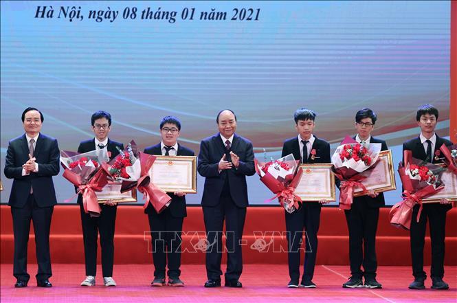 Thủ tướng Nguyễn Xuân Phúc, Chủ tịch Hội đồng Thi đua - Khen thưởng Trung ương trao tặng Huân chương Lao động hạng Nhất, Nhì và Ba cho các em học sinh THPT đoạt giải Olympic quốc tế 2020. Ảnh: Thống Nhất/TTXVN