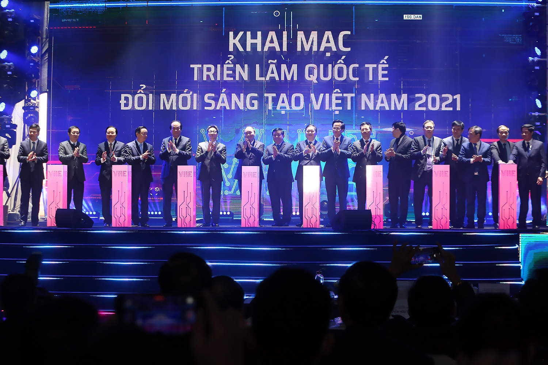Thủ tướng và các đại biểu nhấn nút khởi công xây dựng Trung tâm Đổi mới sáng tạo quốc gia và khai mạc Triển lãm quốc tế đổi mới sáng tạo Việt Nam 2021.- Ảnh: VGP/Đình Nam