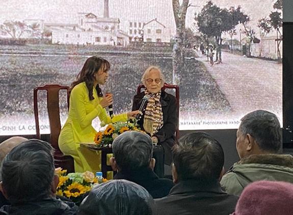 Bà Nguyễn Hồng Tuyến (con gái duy nhất của 2 chiến sĩ, Đảng viên Nguyễn Văn Mẫn và Mai Ngọc Thuyết - cựu tù Hoả Lò), cán bộ tiền khởi nghĩa chia sẻ cảm tưởng tại chương trình