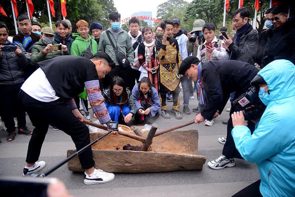 Du khách còn được thể nghiệm truyền thống giã bánh dày - một loại bánh không thể thiếu trong ngày Tết của dân tộc Mông