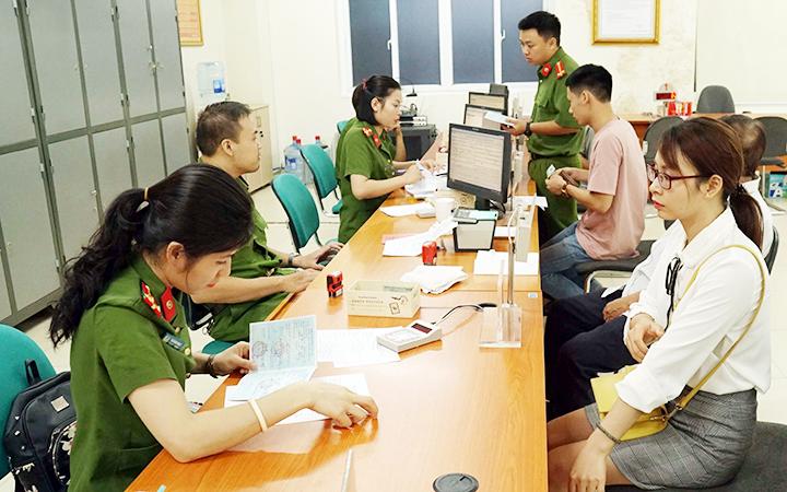 Người dân làm thủ tục đổi thẻ căn cước công dân tại Phòng Cảnh sát quản lý hành chính về trật tự xã hội (Hà Nội). Ảnh: PHƯƠNG MINH